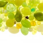 Pärlisegu rohekaskollastest erikujulistest pärlitest 6-16mm, 100/50g pakk