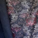 Läikiva lillemustriga, paksem kostüümi-/sisustuskangas (BOUCLE FOIL) 145cm, Q22300
