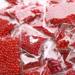 Punased plastpärlid