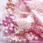 Roosad plastpärlid