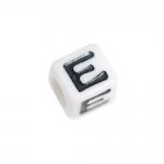 Must-valged, tähemärkidega, kuubikukujulised plastikhelmed, täht `E`, 7mm
