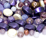 Pärlisegu lillakates, valgetes pärlmuttertoonides eri suurusega  erikujulistest pärlitest 5-16mm, 100/50g pakk
