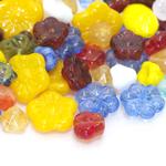Pärlisegu erivärvilistest lillekujulistest pärlitest 8-15mm, 100/50g pakk