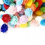 Värvilised sünteetilisest korallist lameda põhjaga lillekujulised kameed 15mm