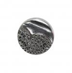 Metallilaadsest plastikust, reljeefse mustriga, kannaga nööp 18mm (28L)