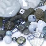 Pärlisegu hallikatest toonides erikujulistest pärlitest 6-32mm, 100/50g pakk