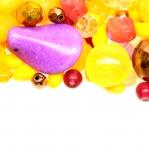 Pärlisegu Kollastest, lilladest erikujulistest pärlitest 4-25mm, 100/50g pakk