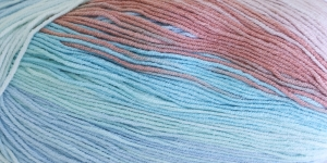 Puuvillasisaldusega pehme lõng, Cotton Gold Batik Design; Värv 5549 (Helesinine-roosakasbeež-mindiroheline) / Alize