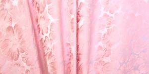 619736/0/0 Heleroosa, lillemustriga kunstsiidist kangas