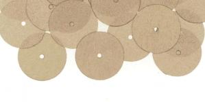 YB57 / Lamedad kettakujulised plastlitrid, läbikumavad siidise läikega hallikasbeezid / ø13mm