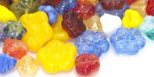 Erivärvilistest lillekujulistest pärlitest segu 8-15mm, LL144