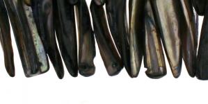 JF33 / Mustjas-hõbedates toonides kihvakujulised teokarbist helmed / 36 x 7mm