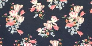 Mustjassinisel põhjal, roosakirju mustriga trikookangas 150cm, 007559/999