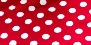26 Punane, valgete täppidega Pehme fliis